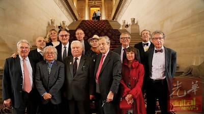 林祥雄出席在巴黎的圆桌论坛后与各界人士合照。