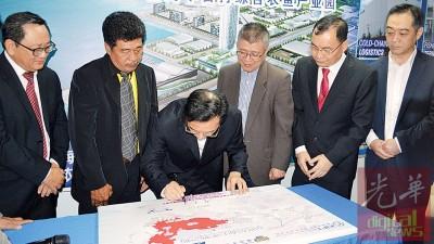 黄惠康博士(左3)在纪念匾牌上签名,左起为鍾来福、卓双才、刘继生、谢顺海、吴骏等陪同。