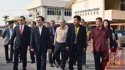 黄惠康博士(左2)到访吉打港口路佩实小学,左起谢顺海、卓双才、黄荣贤等陪同。