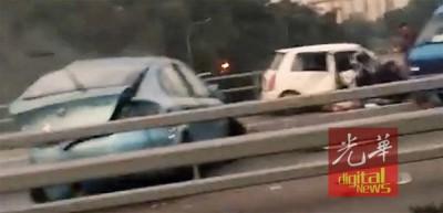 女司机疑酒驾轿车(红圈)于道路上反方向朝行驶,连于路上失控撞及一部迎面驶来的金龙鱼轿车。