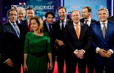 理论结束后,吕特(右4)以及各级政党领袖来个非常合照。(法新社照片)