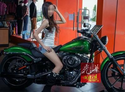 黄佩雯参加柔府汽车城模特儿竞赛,在哈雷机车上摆甫士。