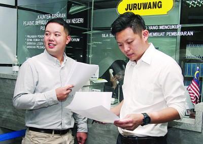 卢界燊(右)在槟民青执委陈佾杰陪同下,于周二前往光大3楼槟市政厅,作出申请。
