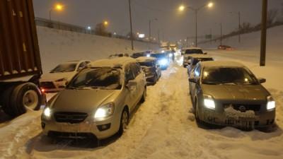 蒙特利尔有300多辆车被困近12小时。