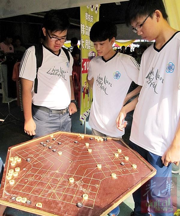 学生们在看这棋如何玩。