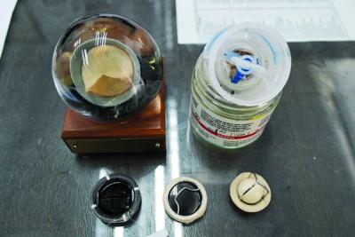生物假体瓣膜(上排)与机械瓣膜(下排)。