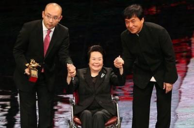 李丽华(中)2015年11月获第52届金马奖终身成就奖,由成龙(右)担任颁奖人。