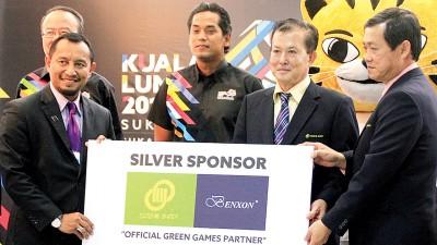 凯里(中)和SCGM公司执行主席拿督斯里李福成(右2)见证青体部秘书长拿督洛曼移交赞助看板给SCGM董事经理拿督斯里李福财(右),左为吉隆坡东运会组委会总执行长拿督斯里祖基菲恩蓬。