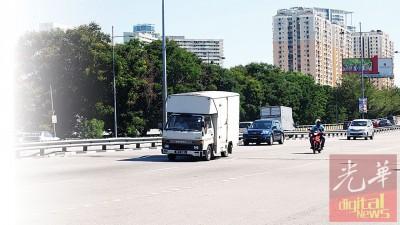 路陷的路面对公路使用者构成安全威胁。