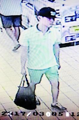 男子多次顶超市偷奶粉,可疑行径遭电眼拍摄到。
