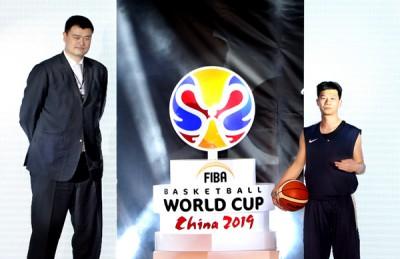 2019年篮球世界杯形象大使姚明(左)和业余篮球运动员张亦驰共同揭晓会徽。