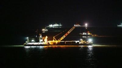 打捞船工作通宵进行。