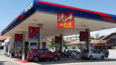 在油价新措施下,汽油公司及个别油站可向贸消部申请削价,但油价不可超过政府制订顶价;油站业者预测不但会使市场上出现竞争,未来各州油站油价可能出现不一情况。