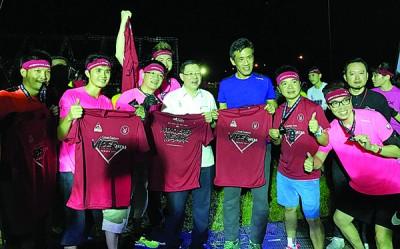 成功闯15关的参赛者领奖后,与林冠英及郭耀辉合影。