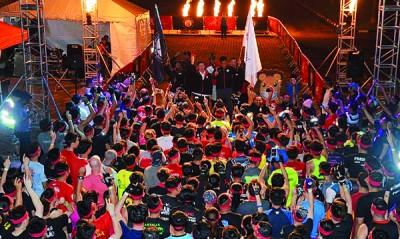 """林冠英为挑战体力、智力及团队合作的 """"Viper Challenge""""比赛的选手一起主持挥旗仪式。并由郭耀辉、黄茁原、多尼那加玛及斯哇古玛陪同。"""