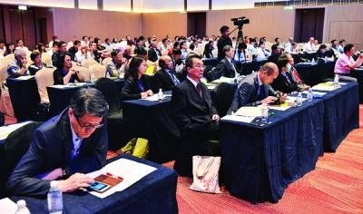 """国内外各领域代表观听首届槟城论坛""""一带一路与东南亚""""文明对话会的演说。"""