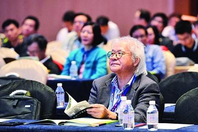 坐在台下的炎黄国际文化协会会长林祥雄教授认真地观听演说者所发表的言论。