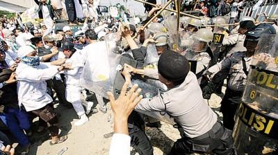 示威者与警员冲突。