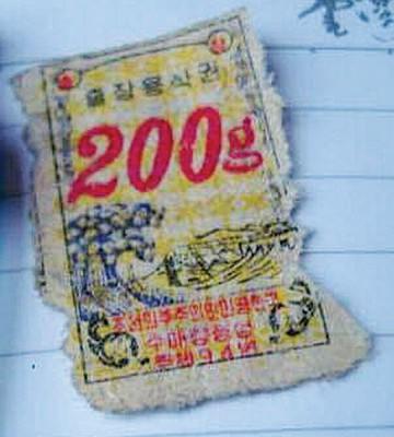 """朝鲜政府每个月会发""""粮食票簿""""内有当月份""""米票""""、""""面票""""、""""肉票""""、""""油票""""。"""