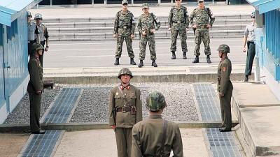 一条朝鲜半岛上北纬38度线,隔开朝鲜与韩国之间的距离,两国边境皆有军人驻守。