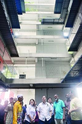 为协助美丹登姑组屋提升设施,林冠英(中)宣布,将特别拨款13万9980令吉。