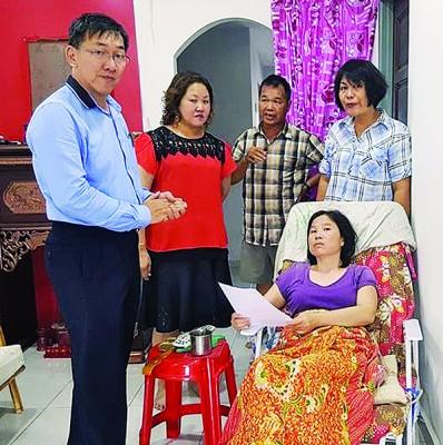 许福光州议员(左)慰问郭秀明(右)、左二起邱春年、梁德和及王桂叶。