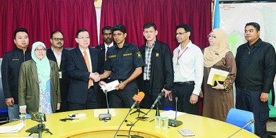 林冠英(左4)在槟岛市长拿督芭堤雅(左2)和一众槟岛市议员及官员陪同下,移交500令吉慰问金予依拉雅雅巴帝(右5)。