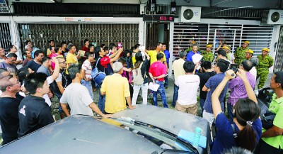 濒临打流动小贩公会部份会员和理事在会所楼下爆发了口角,乐得团员在场驻守。