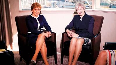 偏偏丽莎梅与斯才金在镜头笑容尴尬,些微口之坐姿同时显得有些不绝自在。(法新社照片)