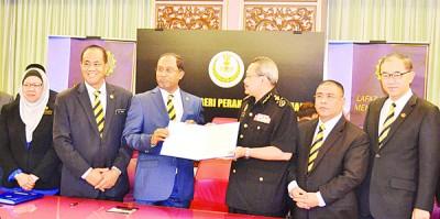讴歌比里(左3)表示霹州政府签署反贪宣言后,以反贪宣言移交给反贪会主席朱基菲(右3),到见证者包括州秘书阿都布哈哈(左2)以及马汉顺行政议员(右)。