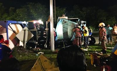 1部运输化学物品的罗里及2部小型国产车发生碰撞。
