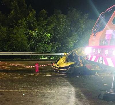 轿车车祸后毁坏不堪。