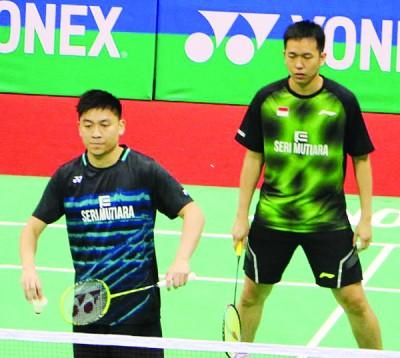 陈文宏同亨德拉(右)全心全意应付入选赛选手。