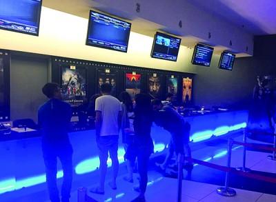 民众抢在最后一分钟排队买票看《美女与野兽》。
