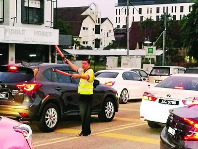 默默付出不求回报的罗天佑,在怡保育才华小校园外协助指挥交通已进入第7个年头。