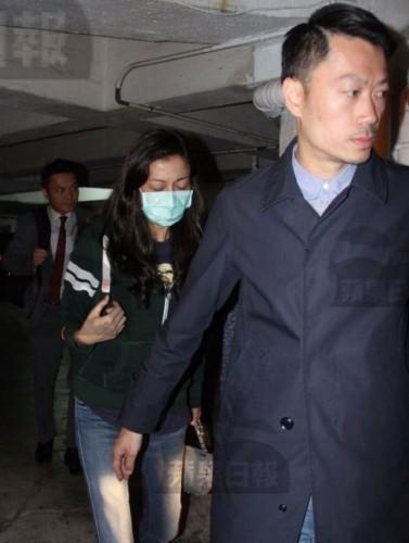 吴绮莉被警方带到停车场,模样憔悴。