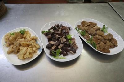 3道龙趸鱼美味,分别是(左起):鱼肉、鱼胃和鱼肝。