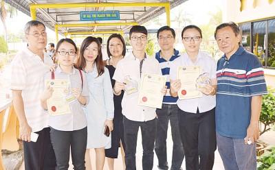 玻州最佳3名华裔考生领取佳绩后,各与父母分享喜悦。考生左起:黄艺荟、王子健及黄铭怡。