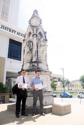 卢界燊(右)同李文典质疑,为什么林冠英在进屋案件开审前,挑战反贪法令的合法性。