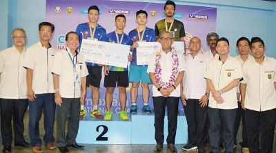 男双冠军黄湙腾/再纳阿比丁及亚军昆沙兰/莫哈末沙林曼领奖后与颁奖人阿尔阿敏(前排右6)及嘉宾合影。