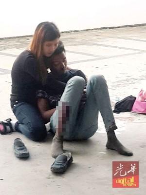 女子抱住坠楼男友哭。