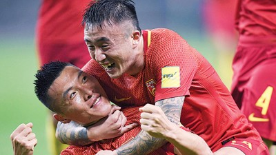 中国队球员于大宝(左)进球后与王永珀庆祝。