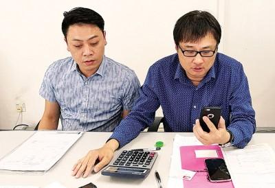 郑志文(右)当记者会现场拨电为银行相关的领导,了解休旅车被拍卖,迄今仍无让转移名的连带事宜,左为傅雷洲。