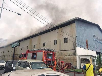 南方五金有限公司仓库起火,冒出浓浓黑烟。