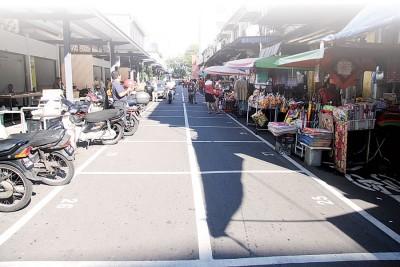 市政厅在吉灵万山路的路中,打下70多只摆摊格子,未雨绸缪安顿江沙律小贩,然而吃当地店商强烈反对。