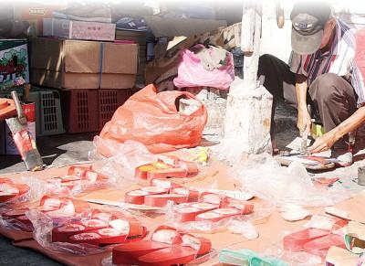吃部分小贩继续留在在江沙律原地摆摊,保留了地方传统露天市集特色。