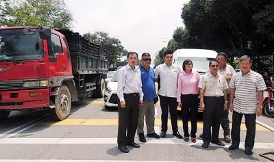 各方促请家长配合校指示停车,左起孙意志、林福星、方美铼、王育璇、陈瑞荣、许玉文等。