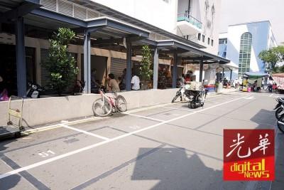 未到中午时分,艳阳已高射在道路上,令部分小贩无法忍受而提早收档。