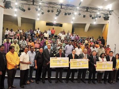 槟州政府移交模拟支票予淡米尔学校。
