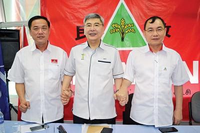 马袖强宣布已敲定吉州两名州议席候选人陈国祥(左)与谢顺海。
